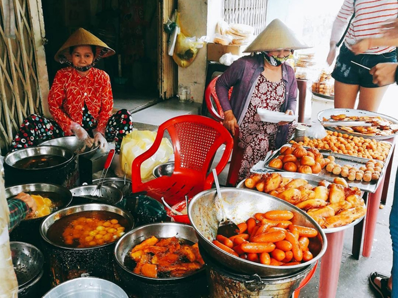 Chợ ẩm thực 200 Xóm Chiếu.
