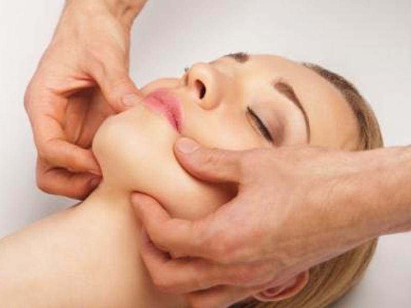 Cách massage mặt đúng giúp xóa vết nhăn 2 bên khóe miệng