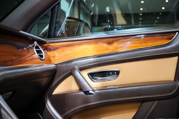 Nội thất xe hơi làm từ gỗ óc chó