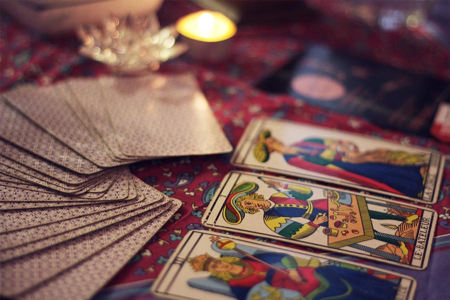 Bài Tarot có mối liên hệ mật thiết với các bộ môn khoa học về: Chiêm Tinh, Cung Hoàng Đạo, và Tiên Tri.