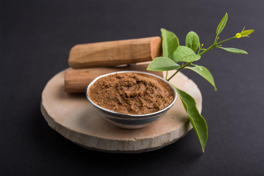 """Đàn hương là loại cây được mệnh danh """"vàng xanh"""", bởi vì nó có nhiều tác dụng và đem lại nhiều lợi ích cho người trồng cũng như người sử dụng."""