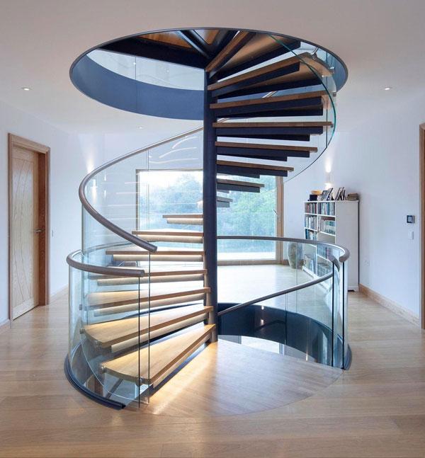Mẫu cầu thang xoắn cao cấp làm bằng kính và gỗ kết hợp
