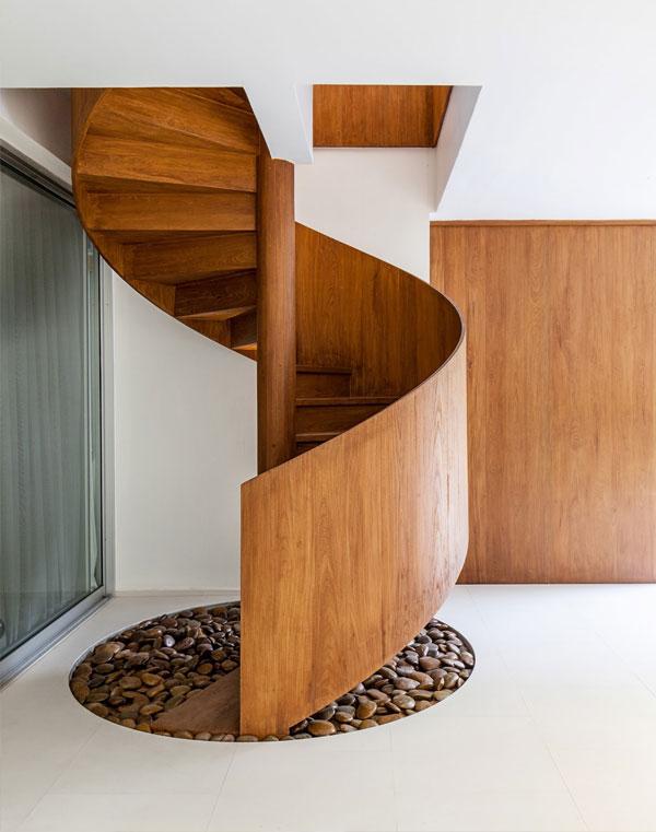 Cầu thang xoắn ốc bằng gỗ đẹp dùng cho quán cà phê