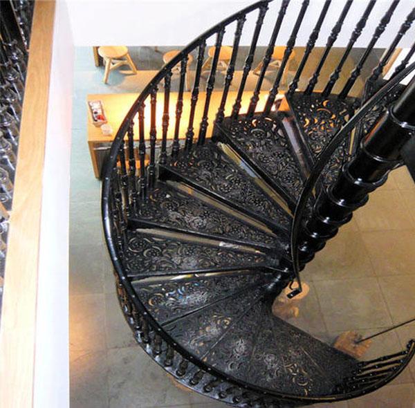 Cầu thang xoắn bằng kim loại có hoa văn