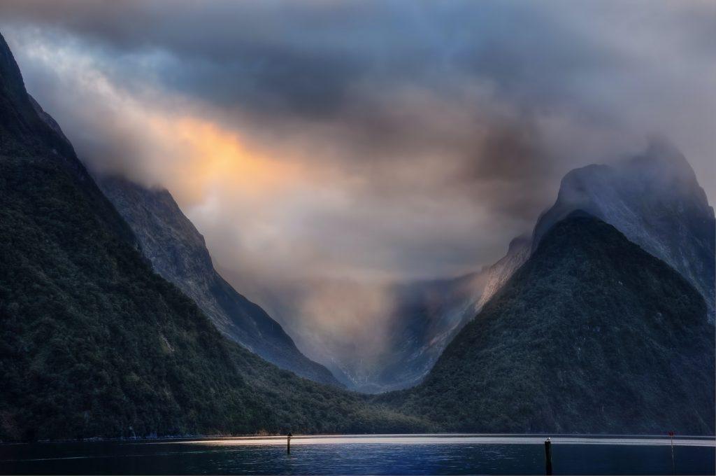 Hình nền về sương mù bao phủ núi đồi đẹp nhìn cực ngầu (kích thước lớn 1950x1300)
