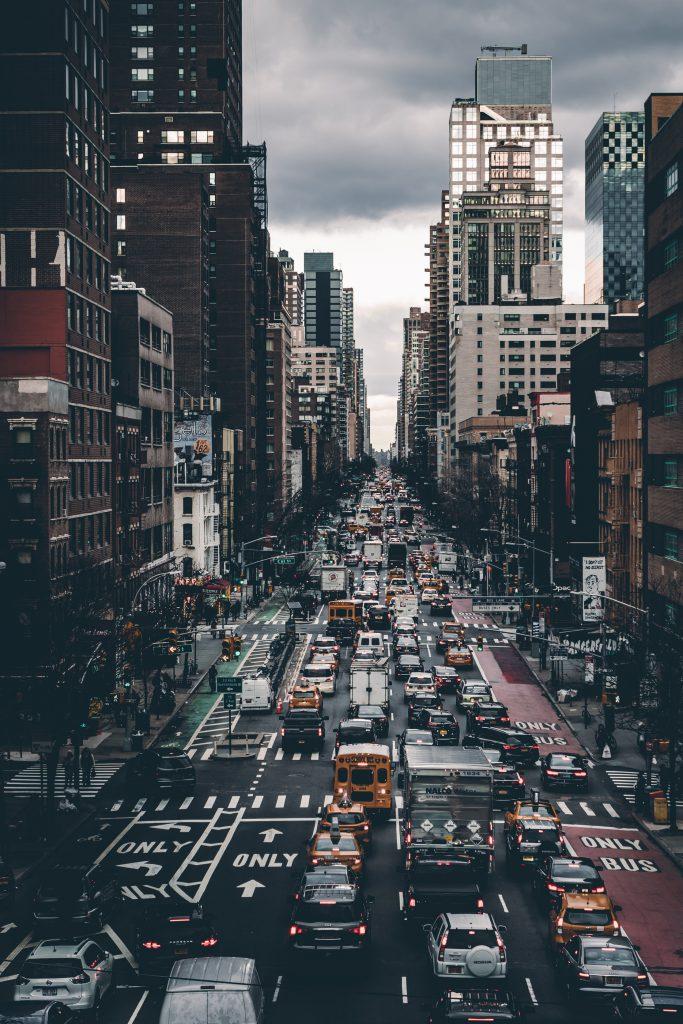 Hình nền iPhone 11 đẹp cảnh thành phố đông đúc xe cộ qua lại