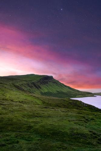 Hình nền đồi núi với thảm cỏ xanh dành cho iPhone đẹp