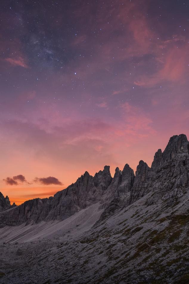 Hình nền iPhone XS về đồi núi lúc hoàng hôn cực ngầu