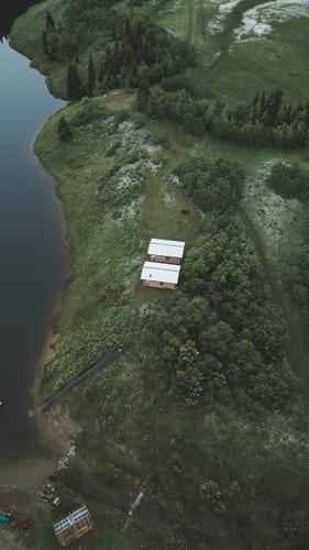 Hình nền iPhone XS về ngôi nhà trong rừng cực lạ