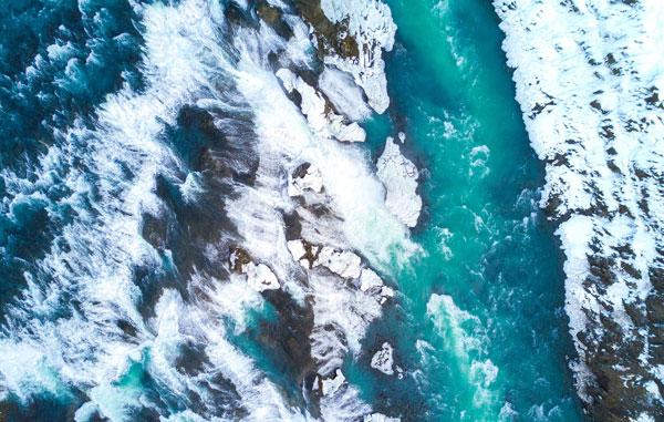 Hình nền dành cho máy tính dòng song với hai bên bờ phủ đầy tuyết trắng
